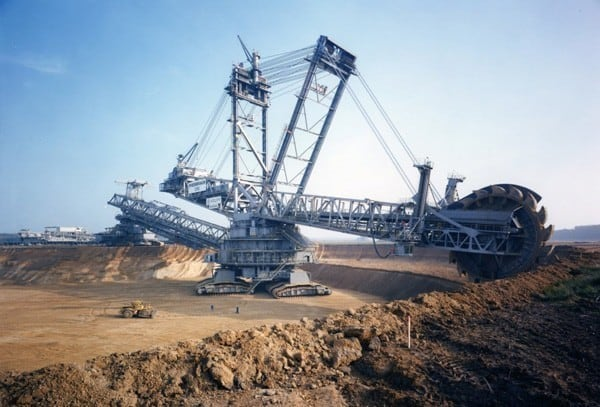 -This isn't a photoshopped image nor is it fake. Actually, what we have in this image is nothing less than the world's largest excavation machines… the colossal Bagger 288.