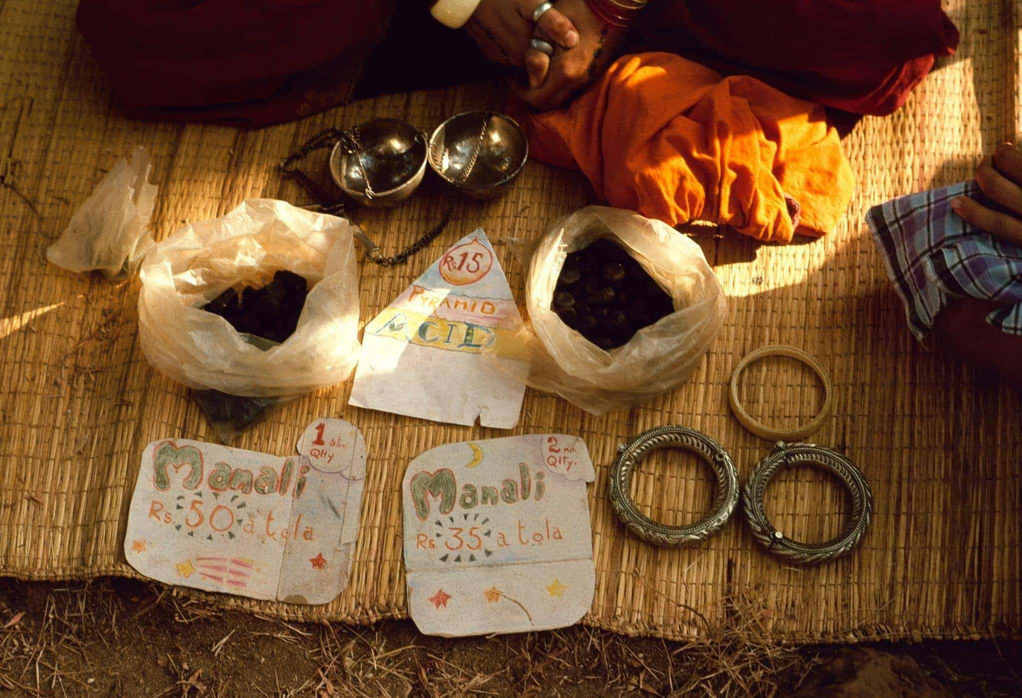 Selling Charas (Hashish) from Manali, LSD and jewellery in Anjuna flea market, Goa, 1976 (Photo by Michel Hilzinger).