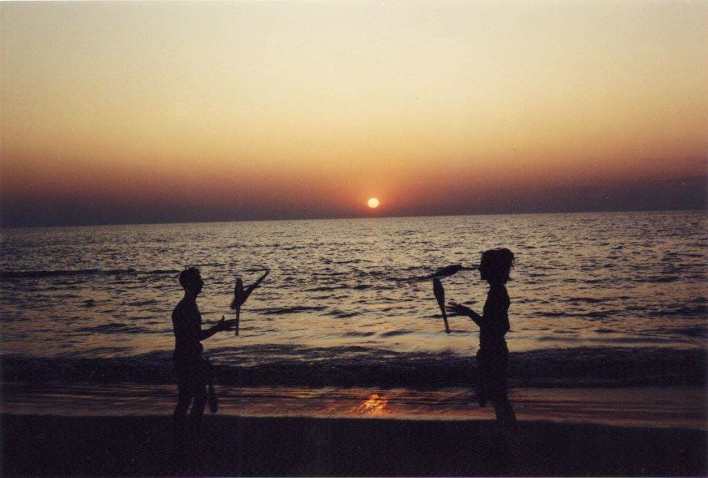Sunset in Vagator Beach, December 1992. Miki Wisdom & Lamy Richard juggling. (Photo by Adrian Scuppa).