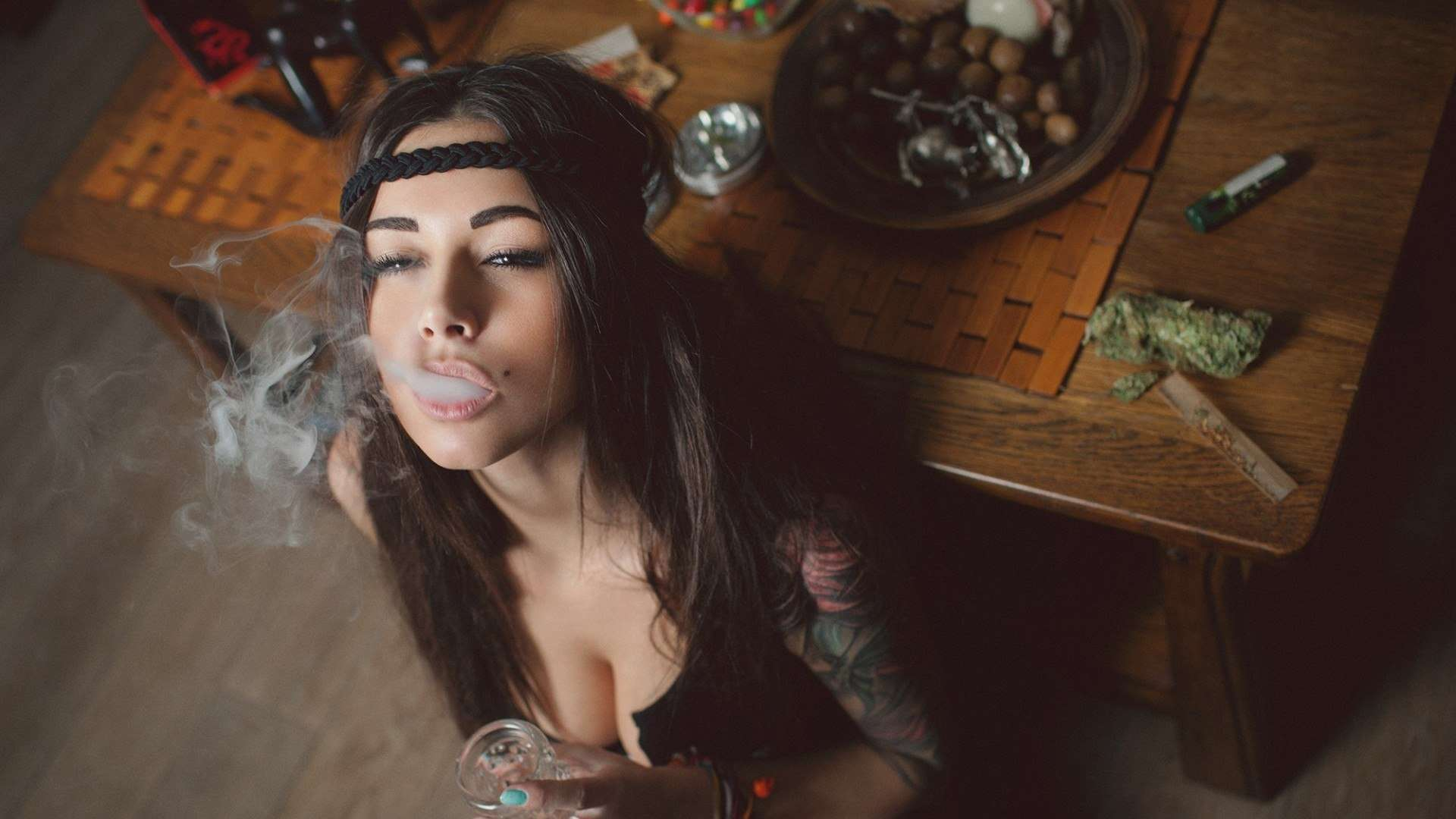 Sexy girls that smoke weed